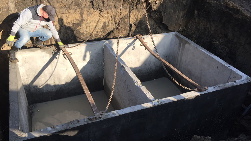 Dvojkomorová žumpa osadená v stavebnej jame