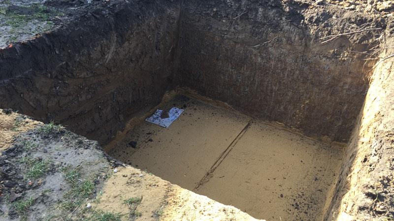 Pripravená jama pre položenie žumpy