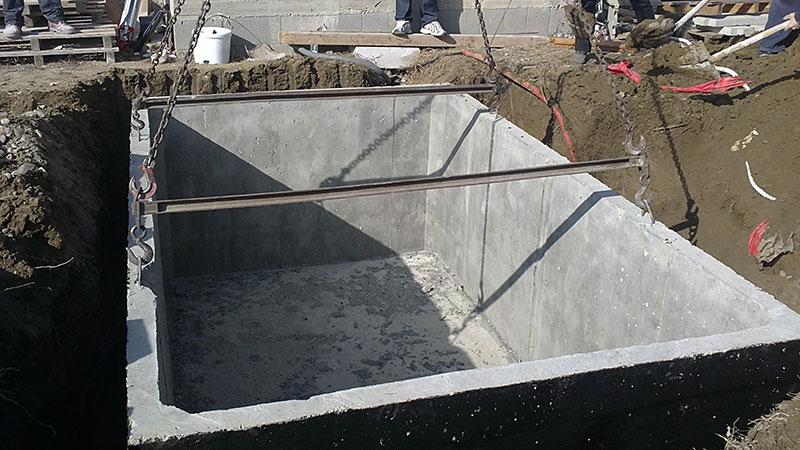 Jednokomorová betónová žumpa osadená v jame