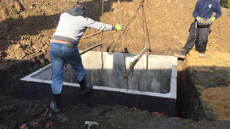 Osádzanie žumpy do pripravenej jamy